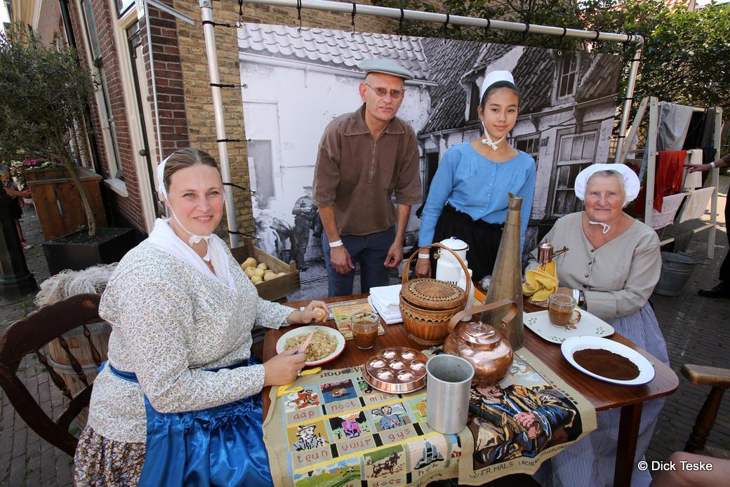 22-08-2015. Scheveningen. Historisch Festival Scheveningen, veel klederdracht zoals hier in de historische Ankerstraat. Foto Dick Teske