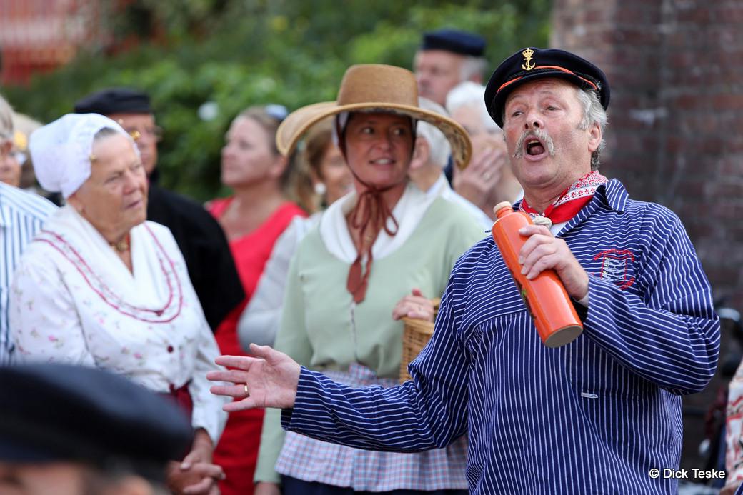 22-08-2015. Scheveningen. Historisch Festival Scheveningen, veel klederdracht zoals hier op het Prins Willemplein. Foto Dick Teske